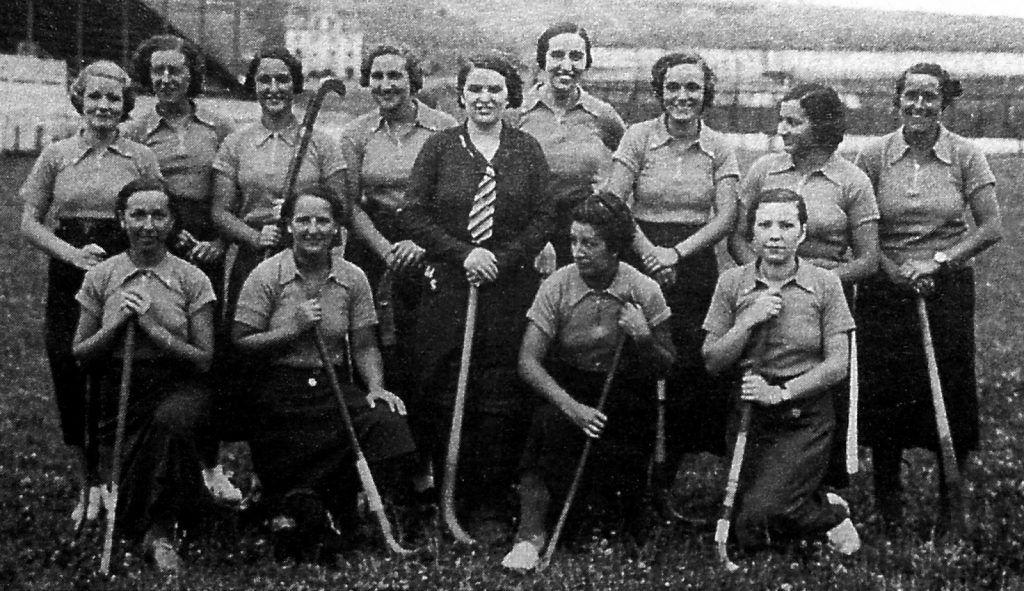 Ana María Cagiga, de pie a la derecha