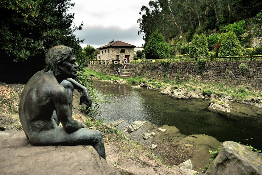 Estatua dedicada al hombre pez, en Liérganes