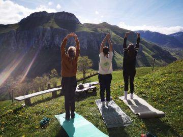 Yoga en los exteriores de la cabaña con encanto Ancosa